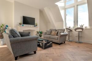 Uma área de estar em An Exclusive Private Apartment on Cathedral Green