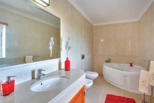 A bathroom at Salgados Villa Sleeps 6 Air Con WiFi
