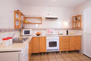 Een keuken of kitchenette bij Corralejo Villa Sleeps 5 WiFi