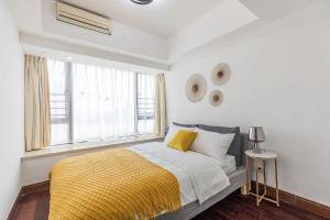 A bed or beds in a room at Zhuhai Xiangzhou·Huafa Mall· Locals Apartment 00175290