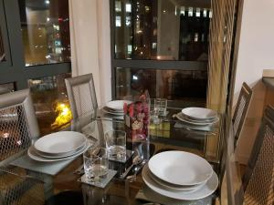 A restaurant or other place to eat at City Views 2 Bed 2 Bath Apt Central MCR
