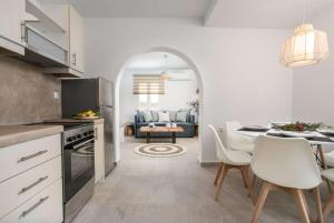 A kitchen or kitchenette at Phoenicia Naxos
