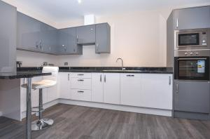 A kitchen or kitchenette at Magna House Serviced Apartments