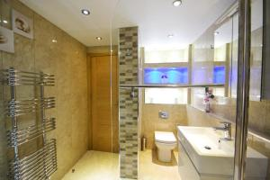 A bathroom at Hyde Park Suites