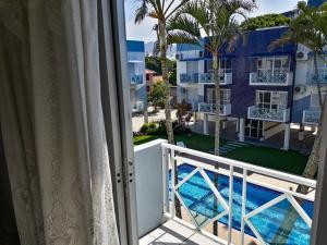 A view of the pool at Apto a 70 metros da praia, Piscina e 02 vagas de Garagem or nearby