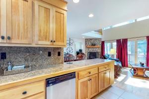 A kitchen or kitchenette at Pine Tree Getaway