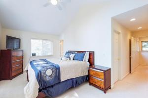 A bed or beds in a room at Pine Tree Getaway