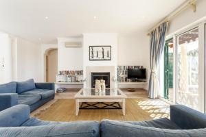 A seating area at Vale do Lobo Villa Sleeps 8 Pool Air Con T480276