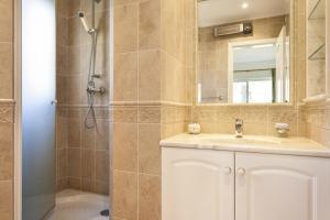 A bathroom at Vale do Lobo Villa Sleeps 8 Pool Air Con T480276