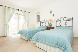 A bed or beds in a room at Vale do Lobo Villa Sleeps 8 Pool Air Con T480276