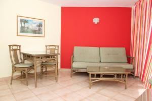 Een zitgedeelte bij Apartamentos Morasol