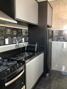Una cocina o zona de cocina en cobertura bem localizada