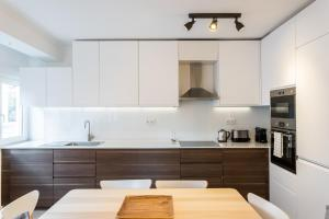 A kitchen or kitchenette at Feels Like Home Charming Flat near Lisbon Zoo