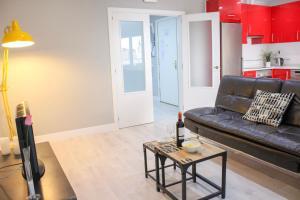 A seating area at Puerta Del Sol Apartment - 1BR 1BT