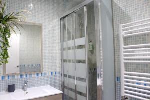 A bathroom at Puerta Del Sol Apartment - 1BR 1BT
