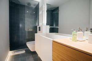 Ein Badezimmer in der Unterkunft Chueca Apartment - 2BR 2BT