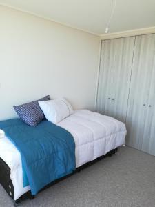 Cama o camas de una habitación en Departamento nuevo. Maravillosa vista al mar. En Bosques de Montemar