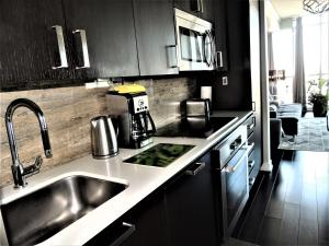 Una cocina o zona de cocina en TVHR - Luxury Condos in Heart of Downtown