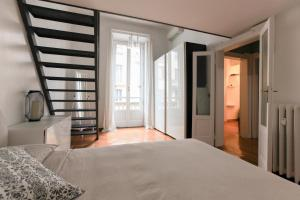A bed or beds in a room at lovely apartment 5 stop from Duomo cathedral