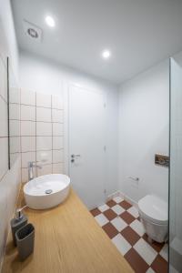 Ένα μπάνιο στο Stylish Studio Apartments-1878 House