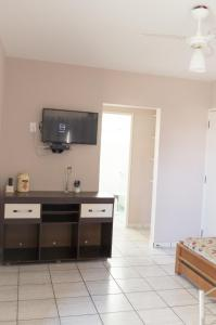 A television and/or entertainment centre at Residencial Larissa Elena