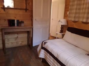 A bed or beds in a room at Gîte La Chandelette