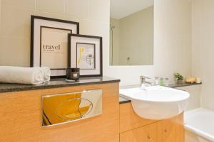 A bathroom at Five Lamps Suites