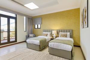 A bed or beds in a room at Bespoke Residences - 4 Bedroom Luxury Villa in The Palm