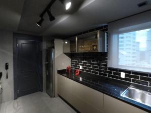 A kitchen or kitchenette at Apartamento Conceito Barra Sul