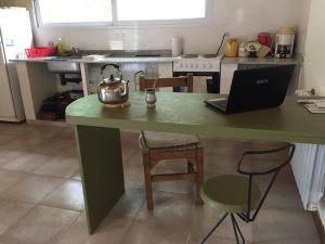 Una cocina o kitchenette en cabaña lo de cenoz