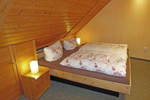 Ein Bett oder Betten in einem Zimmer der Unterkunft Ferienwohnung mit Wasserbett FW3
