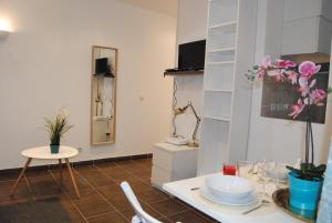 A bathroom at Magnifique studio Montmartre/marché aux puces!