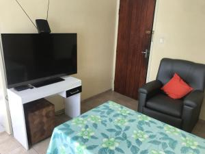A television and/or entertainment centre at Kitnet no Derby, Recife - 206