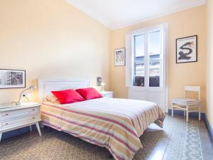 A bed or beds in a room at Urban District Apartments - St. Antoni Market (3BR)