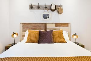 A bed or beds in a room at Charming Parallel