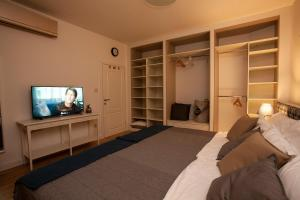 A bed or beds in a room at BestStay Apartment No 9 Pedestrian zone
