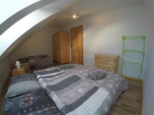 Posteľ alebo postele v izbe v ubytovaní Apartmány Dúbrava