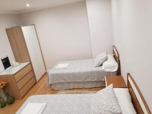 A bed or beds in a room at Piso en O Grove