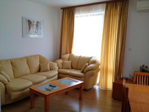 Een zitgedeelte bij Apartment in Kassandra Complex