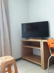 A television and/or entertainment center at Flat em Thermas Paradise