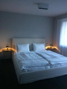 A bed or beds in a room at Le Bijou