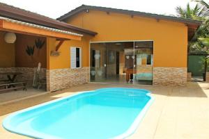 The swimming pool at or near Casa de Praia Maresias