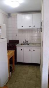 Una cocina o kitchenette en Departamento muy luminoso a 80 mts del mar