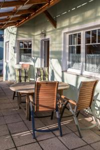 A restaurant or other place to eat at Gartenpension Prosl
