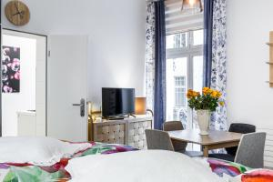 A television and/or entertainment center at Kollwitzkiez - Apartment