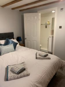 A bed or beds in a room at Apartment Two, The Carriage House, York