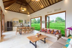 Uma área de estar em Champaca Villa Ubud