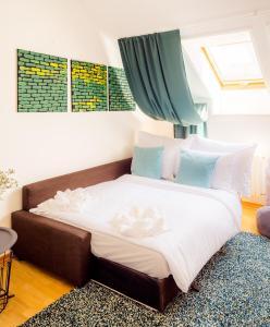 Ένα ή περισσότερα κρεβάτια σε δωμάτιο στο HOME ALONE 5BR+3BATH Penthouse in center of Prague