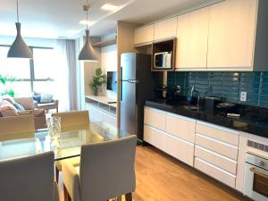 A kitchen or kitchenette at Beach Class Executive Apartamento