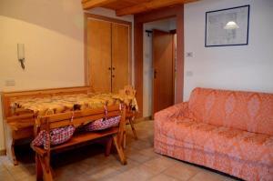 A seating area at Ovindoli Via della Fonte 52A